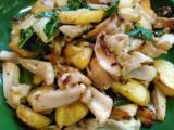 生野菜、クリームチーズのスモークサーモン巻、ジャガイモと鶏軟骨のバジル炒め、ステーキ。