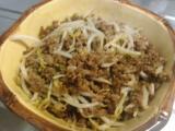 貝汁、モヤシのそぼろ炒め、生野菜、冷凍のから揚げ。