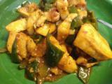 山芋とエノキのみそ汁、生野菜、ピーマンとムネ肉のピリ辛炒め。