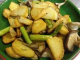 ジャガイモとキノコのソテー、キュウリとボイルチキン、ぼんじりとヤゲンのグリル、鰹のたたき