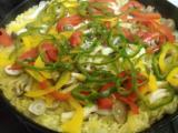 パエリヤ、手羽先の骨抜きグリル、アボカドのワサビ醤油、生野菜。