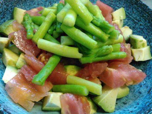 トマト、アボカド、アスパラのサラダ